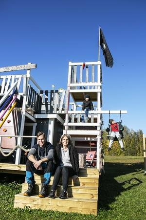 I trädgården har Jonas och Hanna tillsammans byggt en enorm lekborg.