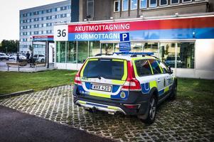 Polisens närvaro var tydlig, inte minst vid akutmottagningen.