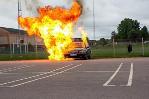 Scenen med den exploderande bilen måste tas om på grund av ett tekniskt fel som gjorde den första smällen för liten. Den här gången finns det inga deltagare med, så kameramännen kan använda fler kameror och nya vinklar.