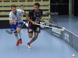 IBF Faluns Omar Aldeeb sprintar förbi tjeckiska Chodovs Tomáš Sýkora i öppningsmatchen av Falun Floorball Open under torsdagskvällen. Falun vann matchen med 6–3.