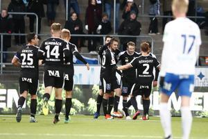 Johan Bertilsson klappas om av Nahir Besara, Filip Rogic och Daniel Björnquist efter 1–0-målet i slutet av första halvlek.