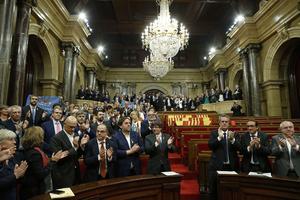 Katalanska parlamentet utropade självständighet.