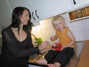Arvid gillar mammas nicecream av kokosmjölk smaksatt med mogna bananer, färska blåbär och kakao.