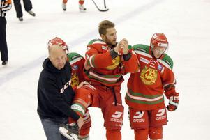 Trots smärtan i foten kostar Tomas Larsson på sig att applådera MIK-fansen när han hjälps av isen.