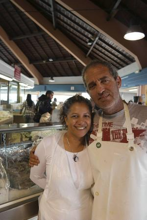 Myriam och Dominique Deschamps säljer egenfångad fisk på marknaden sedan 20 år.