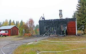När räddningstjänsten kom till platsen så var villan redan övertänd och hade ingen möjlighet att rädda huset. Två personer hoppade ut från andra våningen  i sista stund. Foto: Theres Johansson