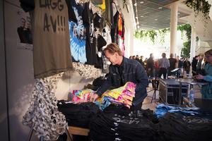 T-shirt med kraftfulla citat från Nationalteaterns rockorkesters låtar sålde bra under kvällen. Leif Holmqvist hade fullt upp att hitta tröjor i rätta storlekar.