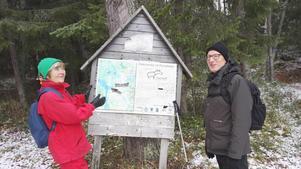 Sylwia och Bo har stannat till vid en skylt vid dagens vandringsmål, Forsaleden. Foto: Börje Hall