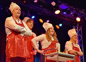 Christer Gärds, Ivar Hellgren, Maria Gärds och Anna Björklund Pettersson framför numret