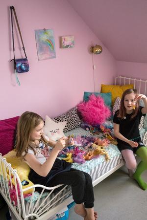 Agnes och Tove leker med varandra och kompisarna på sina rum.