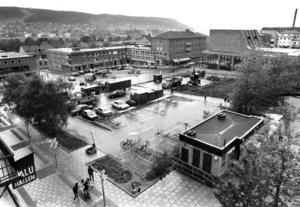 1983 börjar arbetet med att ta bort parkeringsplatserna på Stortorget. Köpmännen runt torget är inte nöjda men politikerna lovar att ett torg utan biltrafik  kommer att locka fler människor till handlarna.