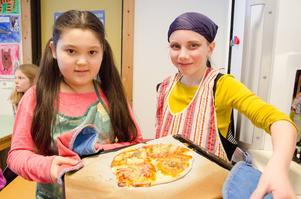 Saima Nassim hade fixat pi-ppilotter dagen till ära och Jonna Lagercrantz var utklädd till pi-rat. De gillade dagen, där de bland annat fick baka pi-zza.