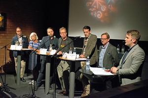 VLT:s kulturredaktör Erik Jersenius var moderator. I debatten deltog Olle Kvarnryd (V), Marita Öberg Molin (S), Markus Lindgren (MP), Mikael Palmqvist (C), Jesper Brandberg (L) och Jörgen Andersson (M).Foto: Frida Lundén