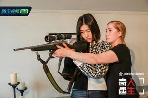 Liu Wen har varit på omslaget till Amerikanska Vouge, gått Victoria secrets mannekänguppvisningar och är en av världens bäst betalda fotomodeller. Nu har honäven fått lära sig att hantera ett gevär. Foto: Weiboo