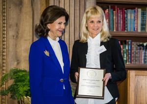 Här delar drottning Silvia ut Queen Silvia Nursing Awards minnesplakett till Mälardalens Högskola 2017. Den mottogs av universitetslektor Cecilia Rydlo. Foto: Claudio Bresciani