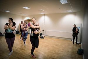En chans att träffa andra mammor, lära sig mer om att bära ergonomiskt och få en endorfinkick av dansen och musiken. Så beskriver dansläraren Ella Rolandsson bära-baby-dansen.