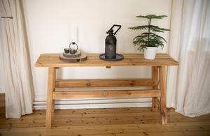 En enkel träbänk blir en fin bas för det stilleben som Emil satt ihop.