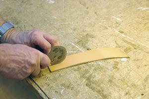 Halvmånekniv används för att skära i lädret.