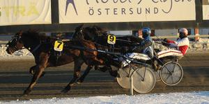 Henrik Svensson och Perflex vann dagens första lopp.
