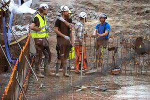 Ett par timmar är kvar av jobbet med att fylla på med betong. När allt är klart har cirka 360 kubik betong pumpats ut och blivit ett 1250 kvadratmeter stort golv.
