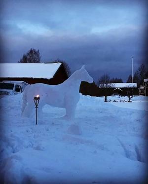 En snöhäst i Orsa byggd av Cecilia Bringemo och Carolina Grudin