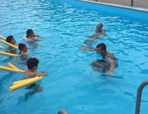 Philippa Flink och Joakim Hamra på SSS:s simskola instruerar eleverna i bassängen. Foto: Johanna Hamra