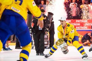 Mikael Backlund lyfter VM-bucklan – ett ögonblick han länge drömt om. Foto: Petter Arvidson / Bildbyrån