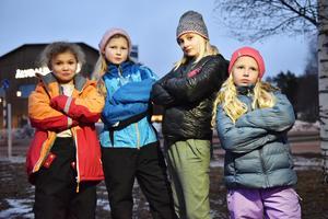 Eliotte Farfa, Ylva Littke Sevelin, Heylie Risander och Wilda Rydqwist utanför Älvdalsskolan.