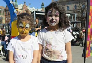 Så här tjusiga blev Lina och Luna Al-ubaidi efter att ha fått sina ansikten målade.
