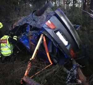 Vraket efter en bil som en rattfull man körde av vägen våren 2017. Mannen dömdes av Västmanlands tingsrätt för grovt rattfylleri till en månads fängelse. Bild ur polisens förundersökning.