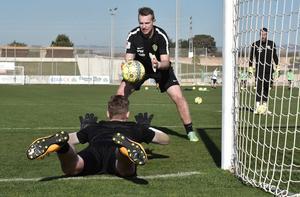 Mikael Axelsson in action – här kör han hårt med Pontus Wik.