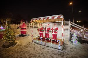 Tre dansande och sjungande tomtar håller julstämningen på topp.