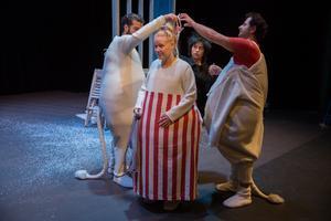 Ensemblen hjälps åt med dräkterna som är lånade av Västmanlands teater – och väldigt varma. Louise Jervfors Turner spelar Muminmamman.