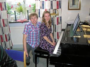 Patrik Larsén och Maria Svahn Larsén bjuder på underhållning i Baltaks kyrka på nyårsdagen.