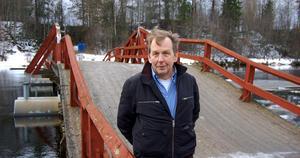 Gunnar Östberg på flottbron. I vattnet till vänster om honom ses några av de pontoner som håller uppe kulverten eller puckeln under bron.