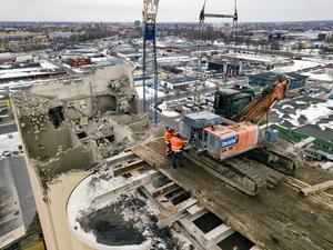 Den 65 meter höga spannmålssilon i Örebro smulades sönder uppifrån och ner. Grävmaskinens kraftiga sax krossar betong och sliter loss armering.