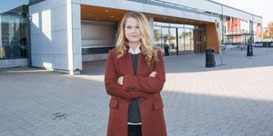 Emma Spennare arbetar som presschef för Tre Kronor. När hon inte är på jobbet åker hon gärna och tittar på hockey.