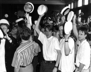 1992, och i dag, är det enklare. På med mössan bara och fira ett par veckor innan det är dags att gå ut från gymnasiet.