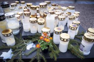 En liten färgklick i var den lilla blombuketten bland gravljusen.