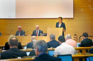Kommunstyrelsens ordförande i Södertälje, Boel Godner (S), talar till fullmäktiges ledamöter.