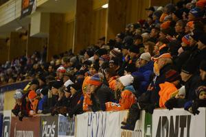 Bollnässupportrarna fick jubla för seger i säsongens första derby mot Edsbyn – nu väntar retur i Bollnäs på annandagen.