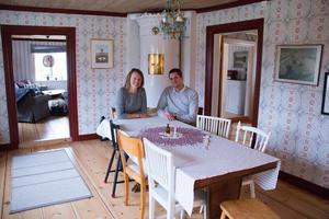Isabelle och Tomas gillar att det är olika stolar vid matbordet.