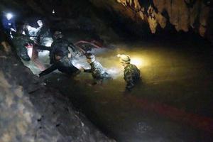 En tredje räddningsinsats gjordes och lyckades rädda de som var kvar.  Foto: TT