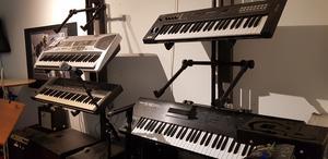 Nya vanor gör att keyboard och andra musikinstrument köps genom webben, vilket tvingar musikaffärer att lägga ned sin verksamhet.