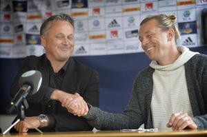 Urban Hagblom och Tony Gustavsson skakar hand under presskonferensen där Gustavsson presenterades som ny GIF-tränare.