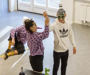 Sadeq Nejati fick kompisarna att skratta när han tog på sig de fåniga glasögonen och hjälpte Andrea att trolla fram en stor badmintonboll som hon satte på hans huvud.