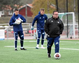 Ben Smith har tränat Ytterhogdals IK och IFK Östersund tidigare. Numera är IFK Mora hans klubbadress, där målvakterna Lars Heens och Lewis Clayton syns i bakgrunden.