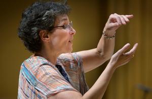 Cecilia Rydinger, OD:s dirigent sedan tio år tillbaka, gav prov på sin karakteristiskt engagerande dynamikFoto: Lennart Hyse