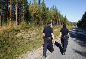 På vägen mellan Bräcke och Nyhem fick flera älgjägare på sina pass besök av polisen.