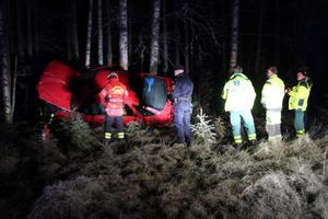 Bilen stod lutad mot ett bestånd unga björkar, men ingen människa fanns i närheten.